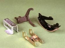 Schaltgabeln und Bremsbacken, hergestellt im Folgeverbundwerkzeugverfahren