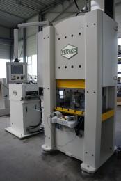 Stanzautomat, konfiguriert mit  Abwickelhaspel, Vorschubrichtmaschine und einer Servopresse A-SPS63 für die Fertigung von Baubeschlägen