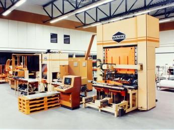 Pressenproduktionsanlage, bestehend aus Abwickelhaspel, Walzenvorschubgerät, Auslenk- und Einlenkmagazin und hydraulisch gesteuertem 4-Wege Werkzeug.