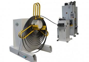 Stanzautomat in Kurzbauweise, konfiguriert mit Haspel, Vorschubrichtmaschine und einer A-SPS Presse.