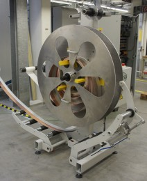 Auf- und Abwickelhaspel TYP A-GM-500 zusätzlich ausgerüstet mit einer Papieraufwickelstation, Pneumatischen Andrückarm und einem Rollenkorb