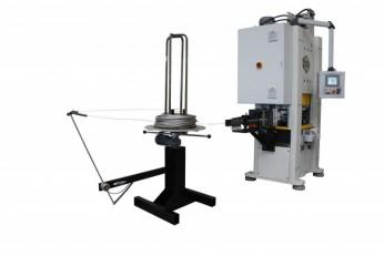Drahtstanzautomat konfiguriert mit A-SPS Presse 63, 4 Rollen Drahtvorschub, 14x2 sphärisch schwenkbaren Richtrollen und horizontalen Drahtabwickelhaspel